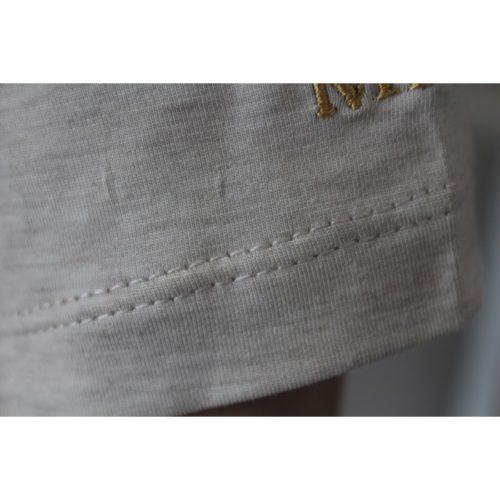 cuciture manica maglietta grigia